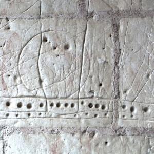 Eglise : porte romane, graffitis