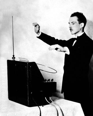 Lev Termen avec son instrument. Crédits : Ria Novosti / Sputnik.
